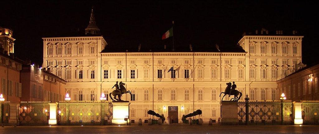 Palazzo Reale di Notte, con le statue dei Dioscuri Castore e Polluce. By Vale maio (Own work)  , via Wikimedia Commons