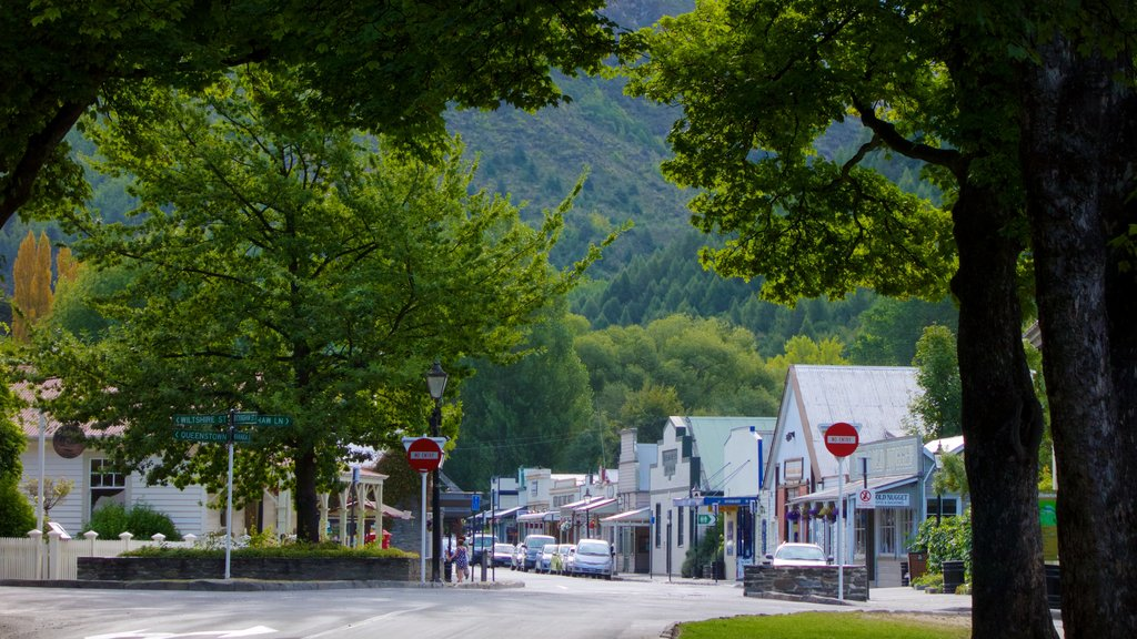 Arrowtown which includes a small town or village and street scenes