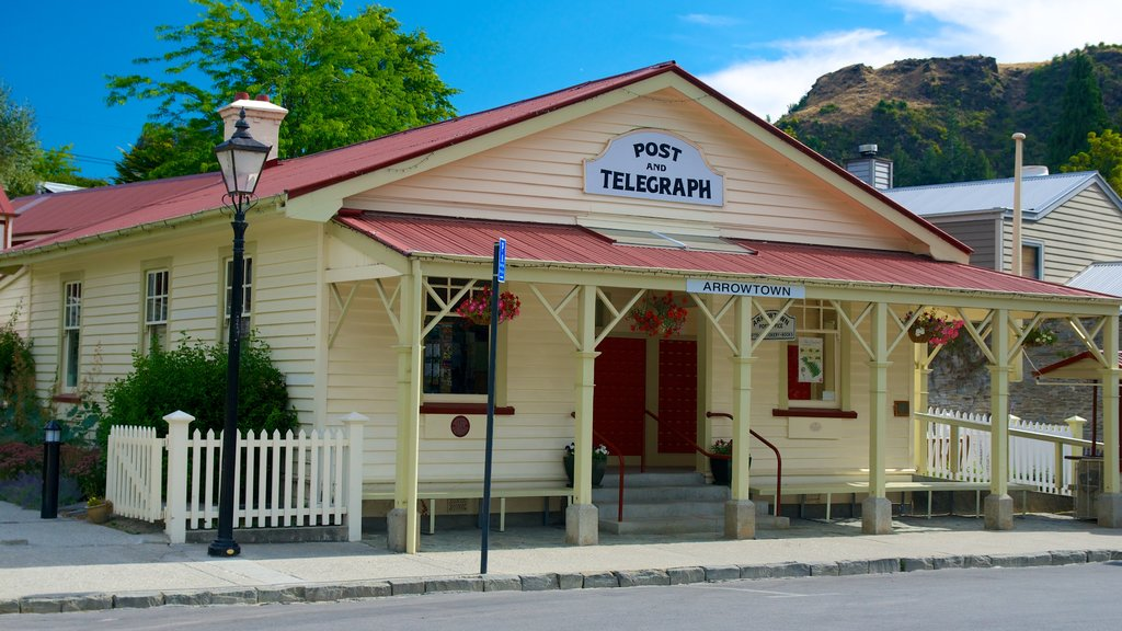 Arrowtown featuring a small town or village, street scenes and heritage architecture