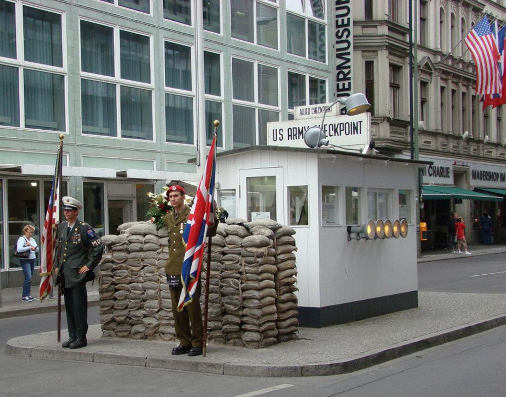 La ricostruzione del Checkpoint Charlie By Hajotthu (Own work)  , via Wikimedia Commons