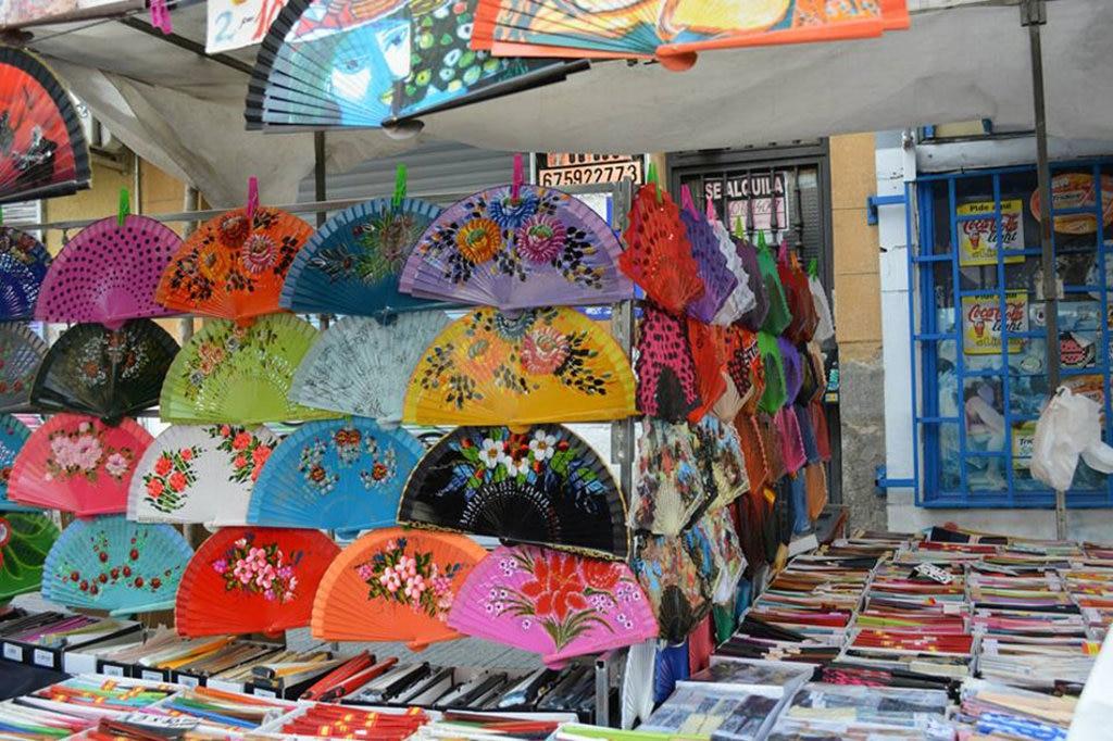 Bancarelle colorate a El Rastro. Ph.Samantha De Martin