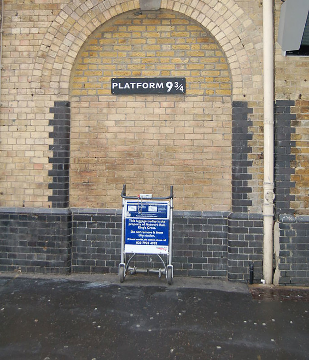 KingsCross, Platform 9 3/4. Di Jcfrye di Wikipedia in inglese  , attraverso Wikimedia Commons