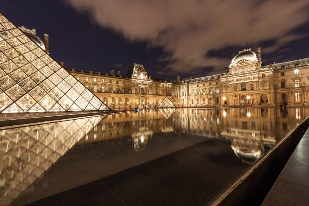 Uno scorcio notturno del Louvre. Photo credit Shutterstock
