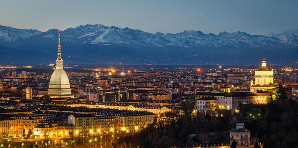 Panorama di Torino all'imbrunire con la Mole sullo sfondo