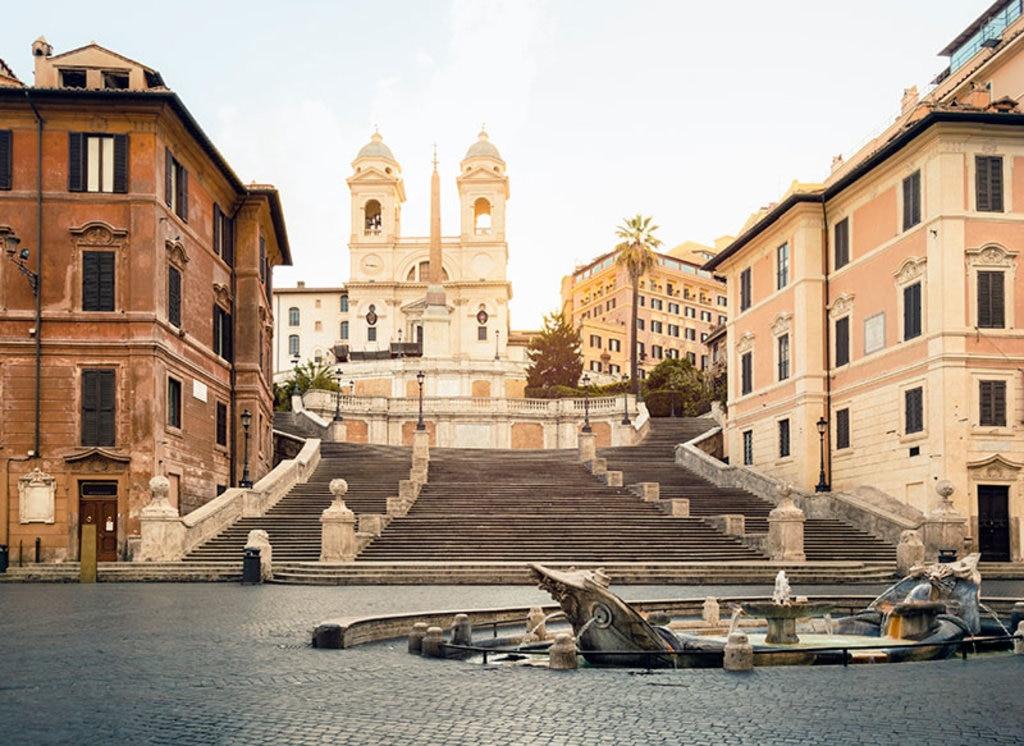 Piazza di Spagna con la scalinata di Trinità dei Monti e in primo piano la fontana del Bernini