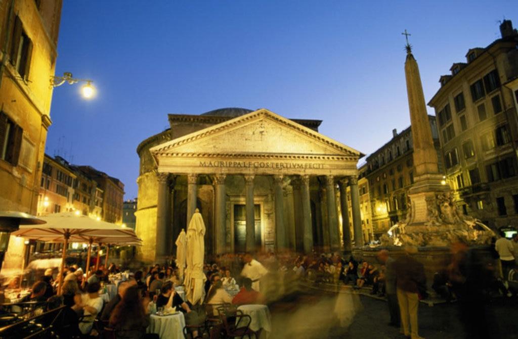 Il Pantheon e Piazza della Rotonda di notte, gremita di turisti