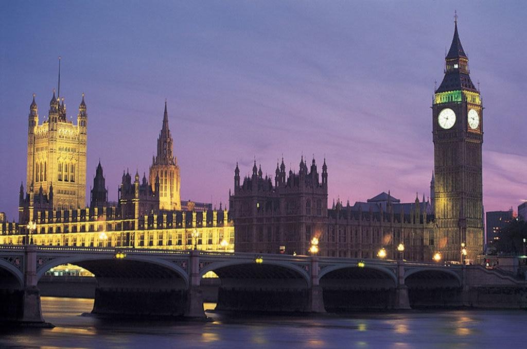 Una romantica veduta notturna di Londra con, in primo piano, il Palazzo del Parlamento, il Big Ben riflessi sul Tamigi. Photo credit Getty Images