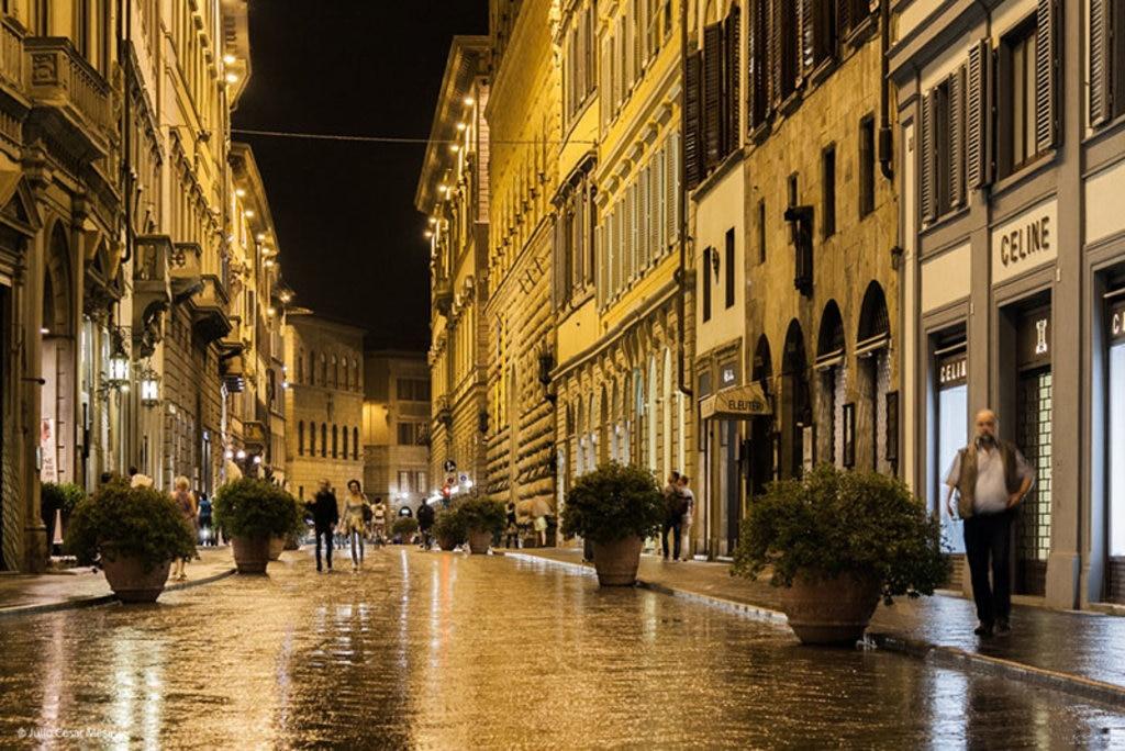 Uno scorcio di Via Tornabuoni di sera, con le sue lussuose boutique. By Julio Cesar Mesa via Flickr