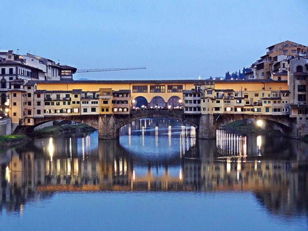 Una veduta di Ponte Vecchio con le sue storiche botteghe orafe. By Revol Web via Flickr