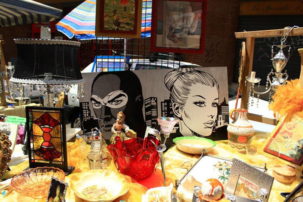Uno degli stand del Mercato di Porta Portese - By Manuela (Flickr: Diabolik e Eva)  , via Flickr