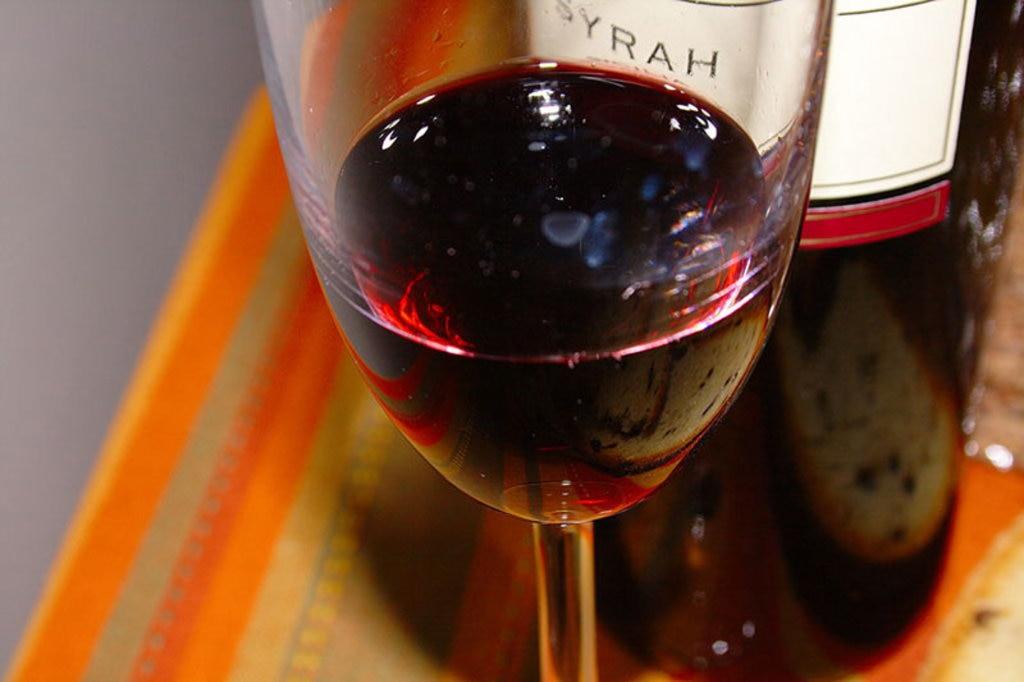 Il vino rosso delle pendici dell'Etna -By Davide Restivo (Flickr: Un bicchiere di vino rosso)  , via Wikimedia Commons