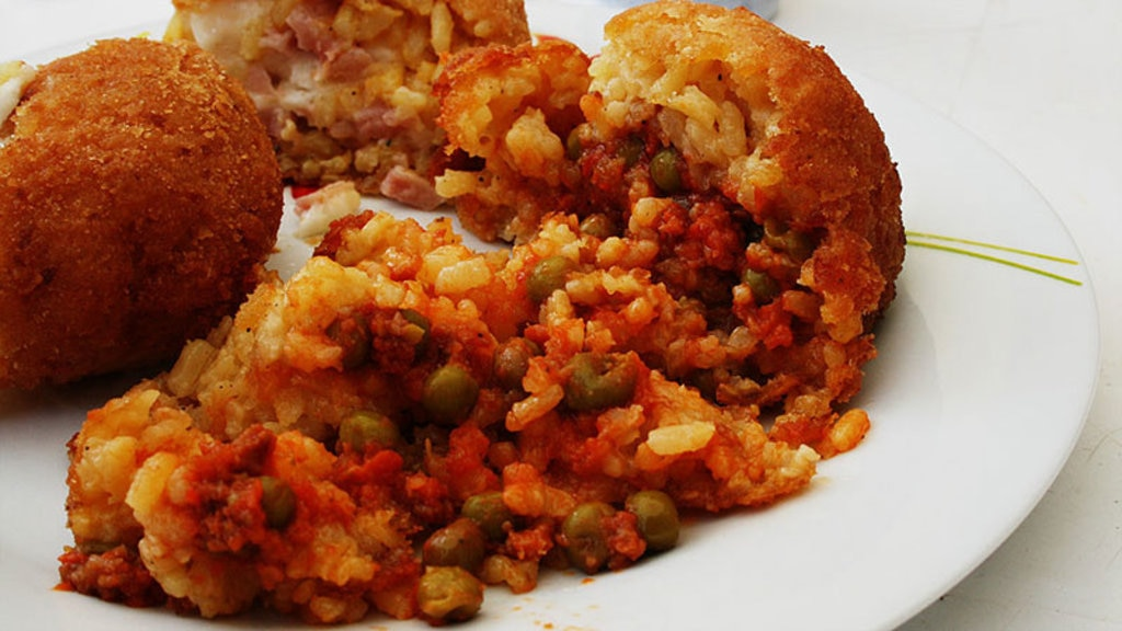 L'arancino, re dello street food catanese - By Francesco Zaia (Flickr)  , via Wikimedia Commons