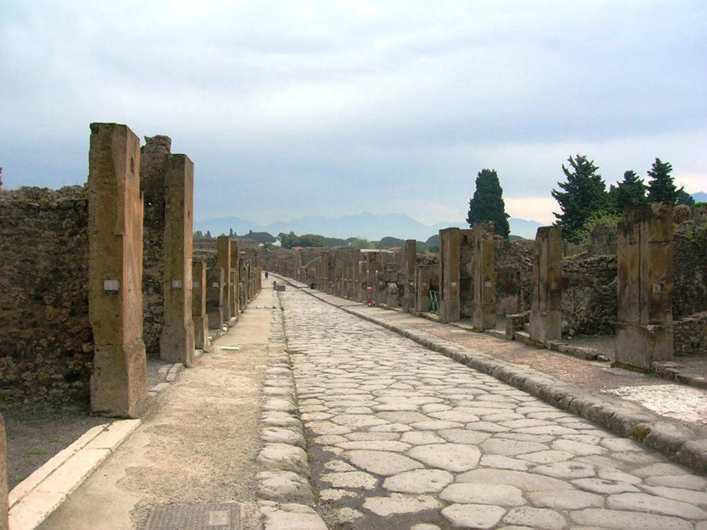 Via dell'Abbondanza, Pompei Scavi . By Mentnafunangann (Own work)  , via Wikimedia Commons