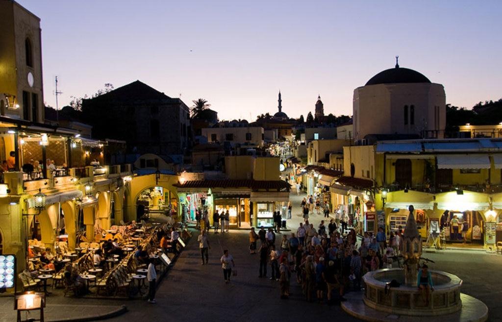La piazza principale nella città di Rodi. Di Clarence (originally posted to Flickr as Rhodes Town Square)  , attraverso Wikimedia Commons