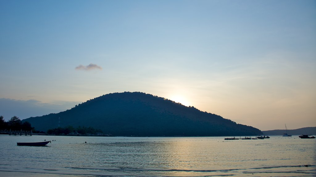 Pulau Perhentian Besar showing boating, landscape views and a sunset