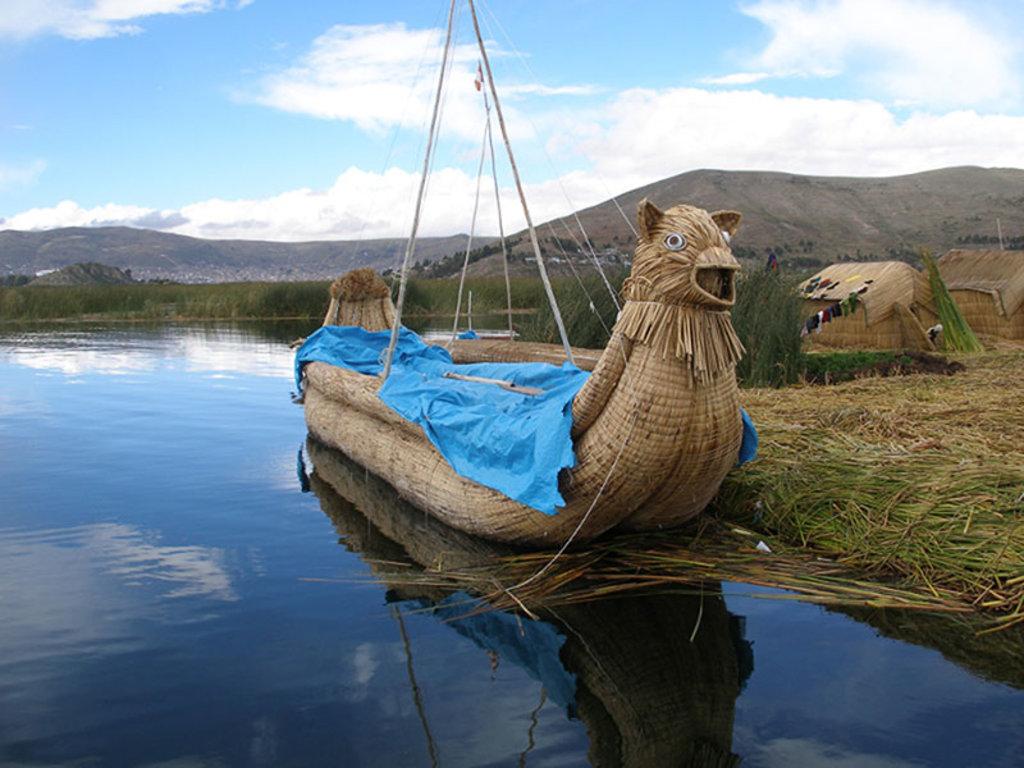 La caratteristica imbarcazione di alcuni abitanti del lago Titicaca By Thomas Quine (Reed boat)  , via Wikimedia Commons