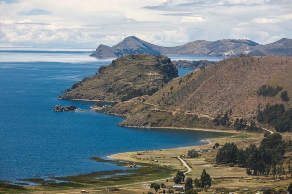 Un suggestivo scorcio del lago sacro di Titicaca. By Alex Proimos from Sydney, Australia (Lake Titicaca - Road to Bolivia)  , via Wikimedia Commons