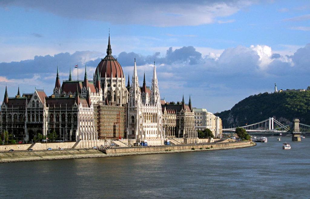 Il monumentale edificio che ospita il Parlamento sorge sulla sponda di Pest. By Taken by Ludovic Lepeltier and by Damien Leblois. Modified by King (Own work)  , via Wikimedia Commons