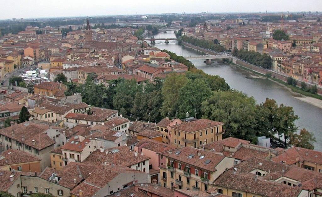 Verona, vista dal Castel San Pietro. Di MM (Opera propria (Testo originale: Self made photo))  , attraverso Wikimedia Commons