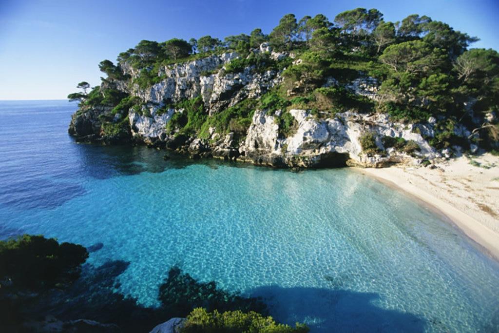 I colori spettacolari della spiaggia di Macarelleta a Minorca. Photo credit Getty Images