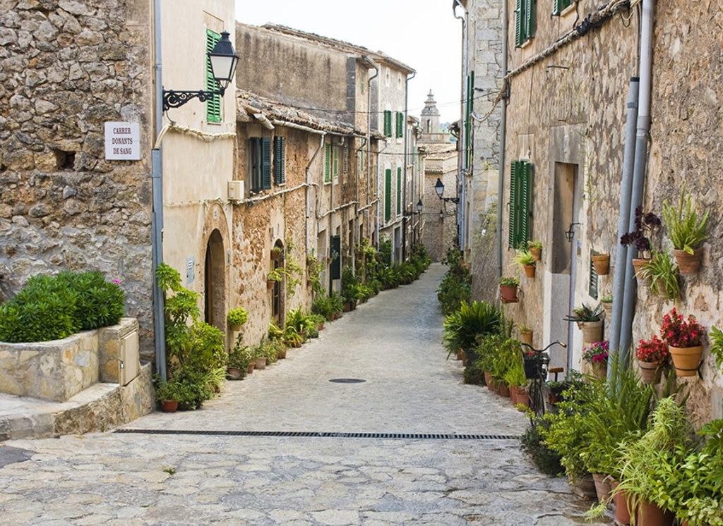 Il borgo di Valldemossa a Maiorca. Photo credit Shutterstock