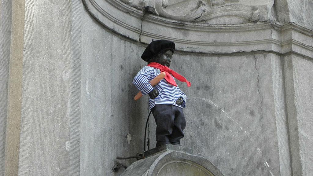 """Il Manneken Pis """"vestito"""" con abiti tradizionali. Public Domain"""