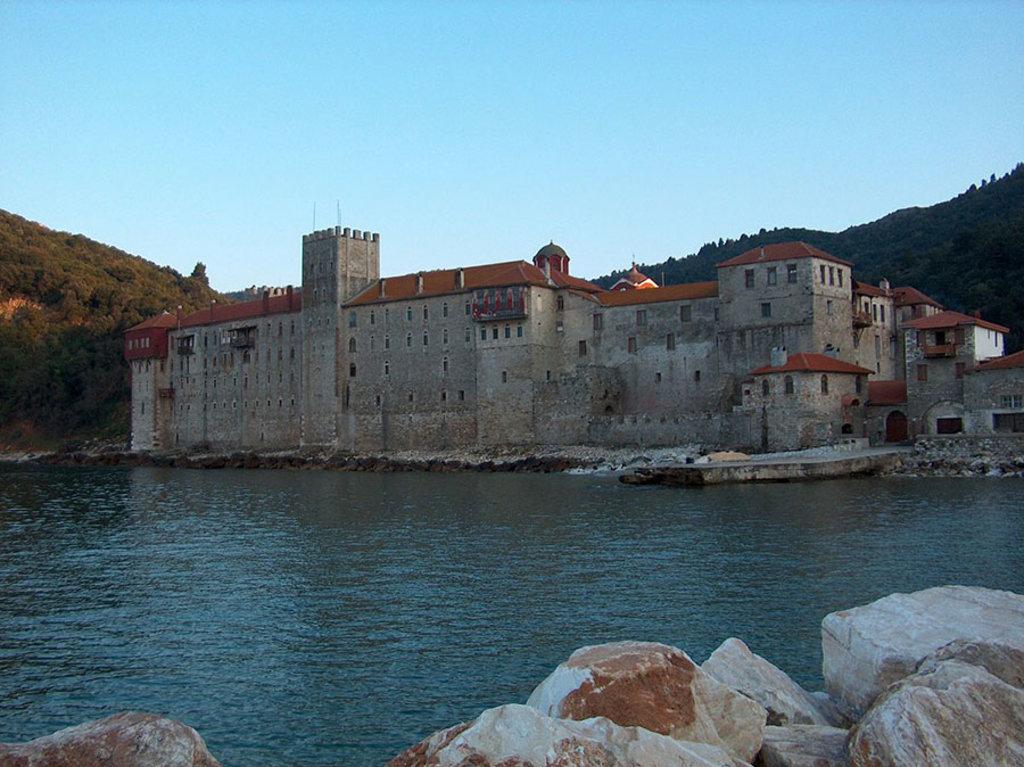Il monastero di Esphigmenou, nella Repubblica del Monte Athos, dove solo gli uomini hanno accesso. Di Asgozzi di Wikipedia in inglese, CC BY-SA 3.0, https://commons.wikimedia.org/w/index.php?curid=2827396