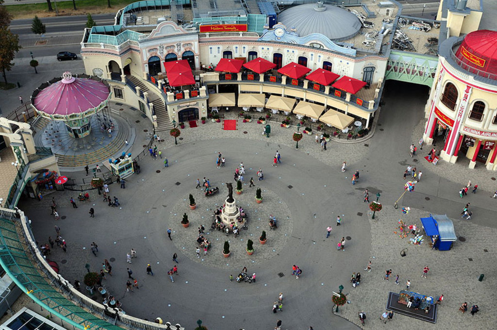 La Riesenradplatz, nel Prater, dall'alto della ruota panoramica. By Ralf Roletschek - Own work, CC BY 3.0, https://commons.wikimedia.org/w/index.php?curid=28079724