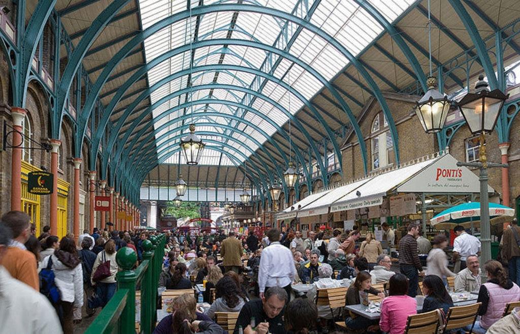 Covent Garden Market è un mercato dove vale la pena andare anche senza comprare niente. Di DAVID ILIFF - about.com, CC BY-SA 3.0, https://commons.wikimedia.org/w/index.php?curid=24724409