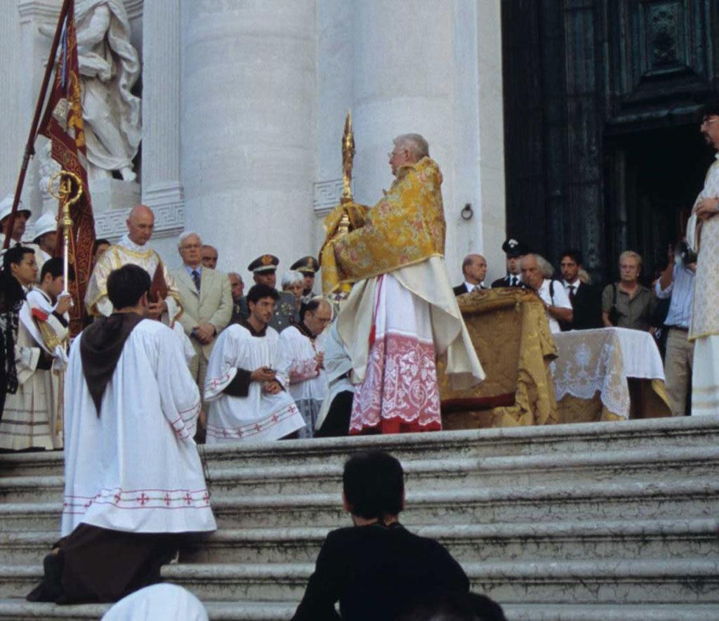 La tradizionale benedizione del Patriarca. https://upload.wikimedia.org/wikipedia/commons/6/6a/Angelo_scola_07_2005.jpg