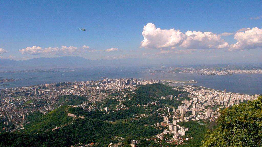 Corcovado que inclui uma cidade e uma aeronave