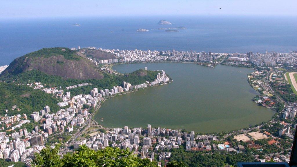 Corcovado que inclui paisagens litorâneas e uma cidade litorânea