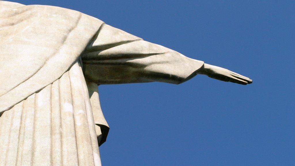 Corcovado que inclui um monumento, uma estátua ou escultura e arte