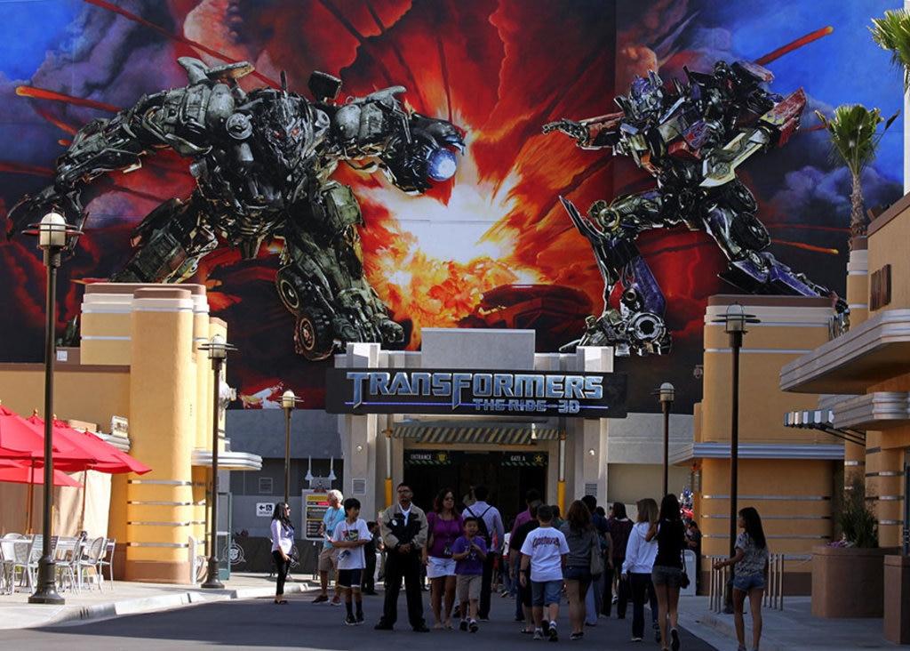 """Effetti speciali, stuntman e camere. Se Hollywood è la patria dei cinefili, la loro Mecca sono gli Universal Studios. Si tratta di uno dei più grossi studi cinematografici del mondo, tra Los Angeles e Burbank. Qui sono stati girati alcuni dei film che hanno rappresentato vere e proprie pietre miliari della filmografia mondiale come """"King Kong"""", """"Ritorno al futuro"""", """"Lo squalo"""", """"La guerra dei mondi"""" e """"Psycho"""". Parte degli Universal Studios di Los Angeles oggi sono un vero e proprio parco tematico dove scoprire le scenografie dei film più belli, anche attraverso incredibili esperienze immersive. Entrare è un po"""