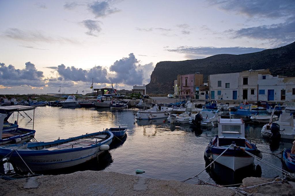 Il porto di Favignana al tramonto.