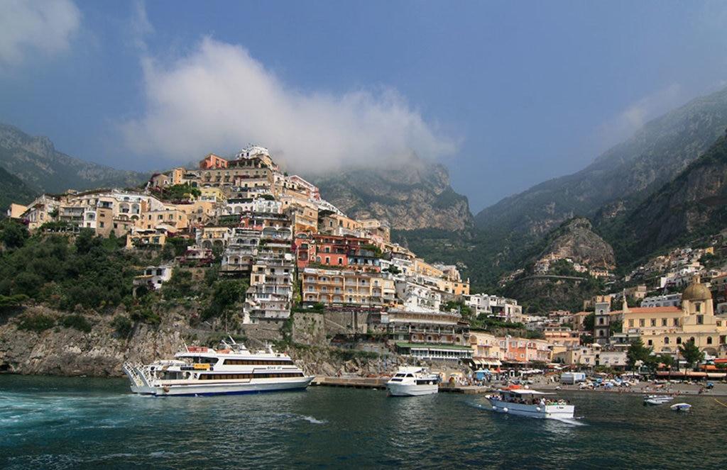 Il panorama di Positano visto dal mare By Jensens (Own work)  , via Wikimedia Commons.