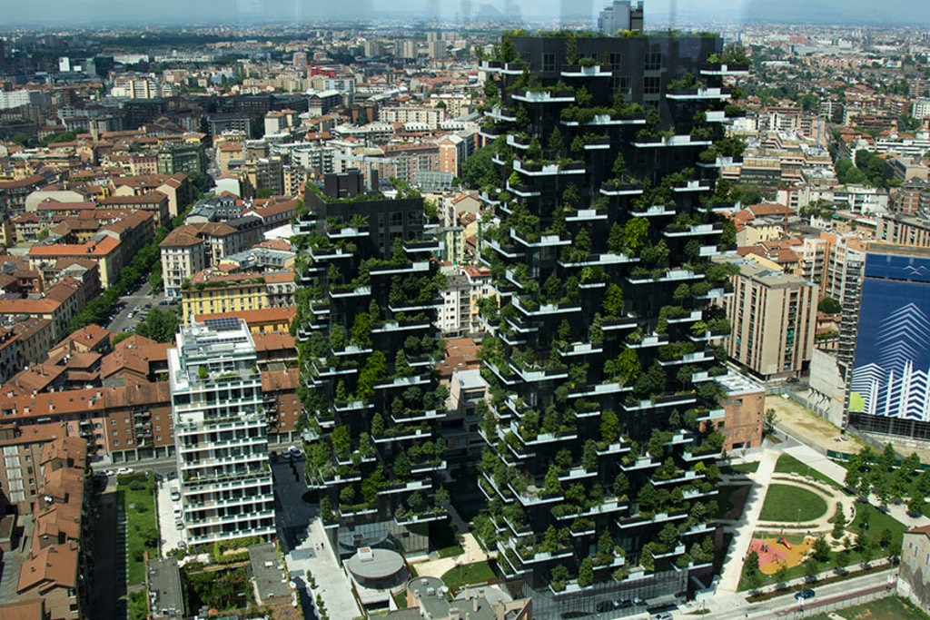Milano, i due edifici del Bosco verticale fotografati dalla Torre Unicredit By Luca Nebuloni from Milan, Italy (Milan_7899)  , via Wikimedia Commons