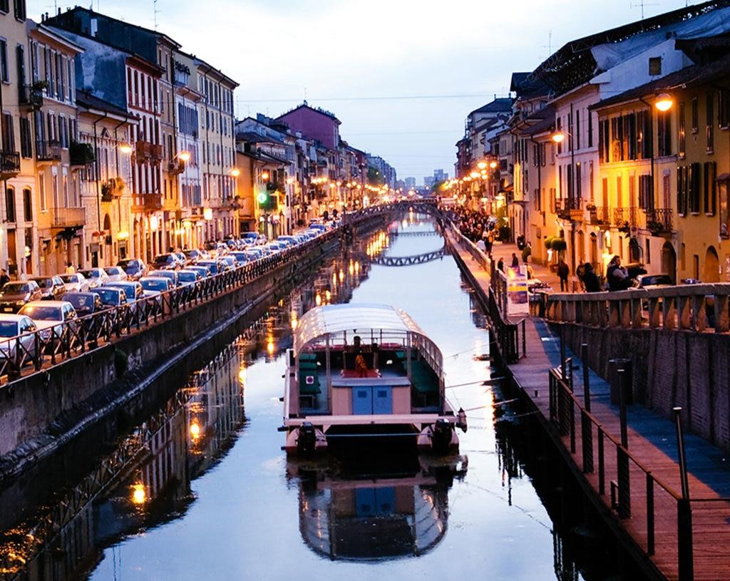 Milano, riflessi lungo un naviglio.