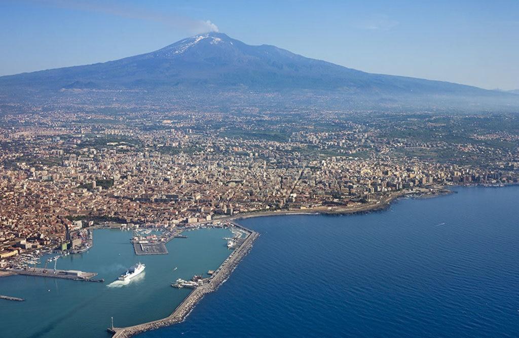 """Catania e la sua """"montagna"""", il vulcano dell"""