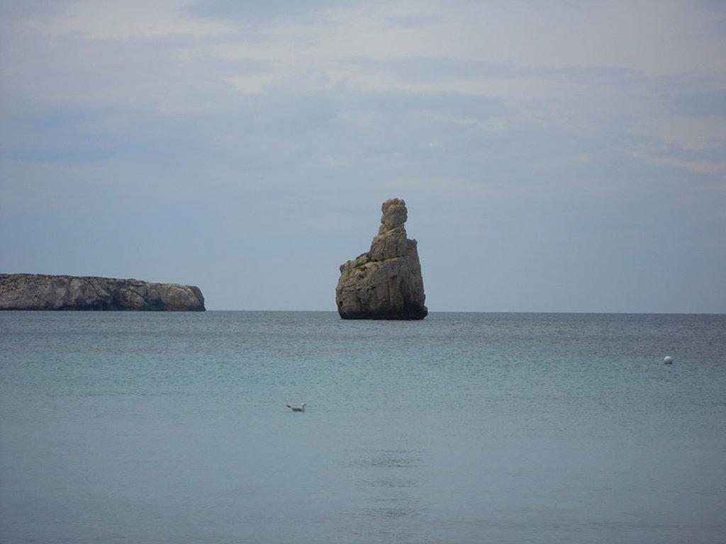 Cala Benirras, una spiaggia stupenda da evitare però ad agosto. Di stavros1 (self-made image)  , attraverso Wikimedia Commons