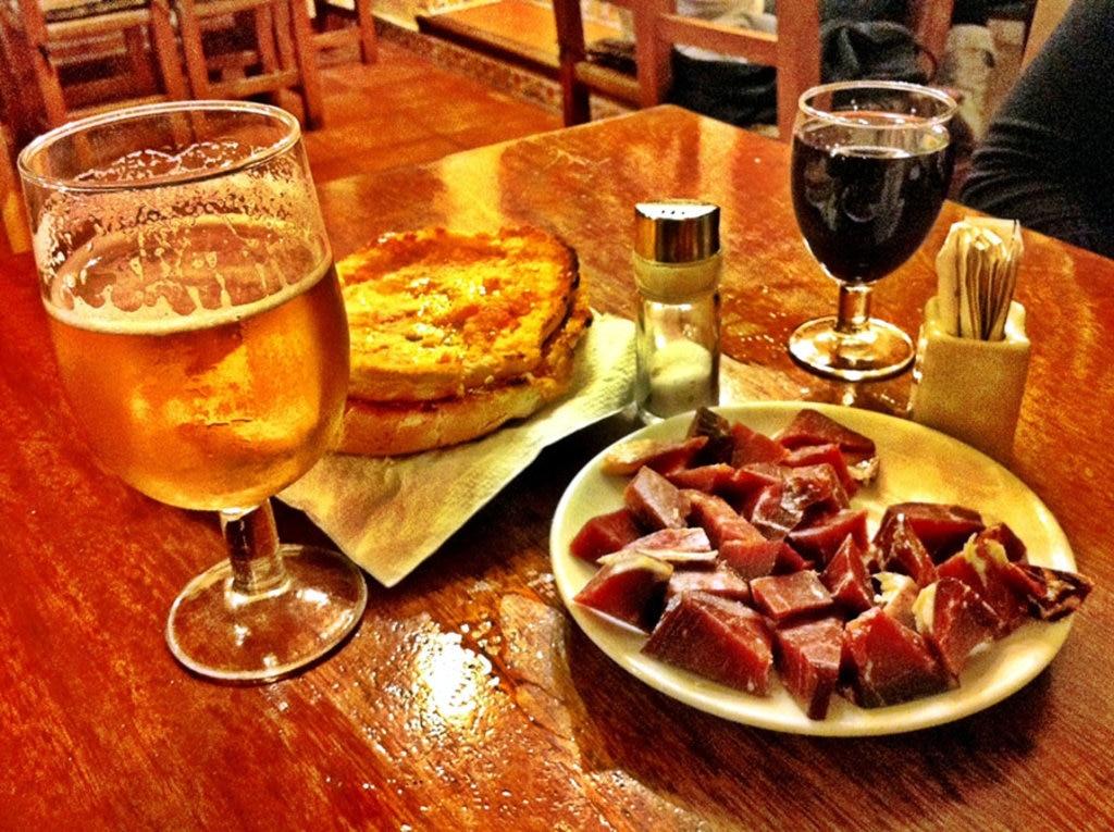 Un tipico aperitivo servito al Bar Costa, uno dei più antichi dell