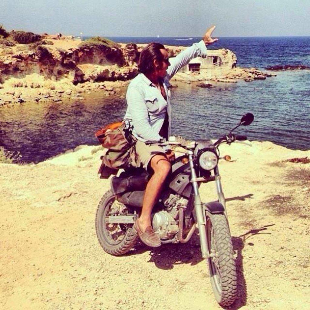 Paco e la sua moto posano in un posto di Ibiza che non ha voluto rivelare...