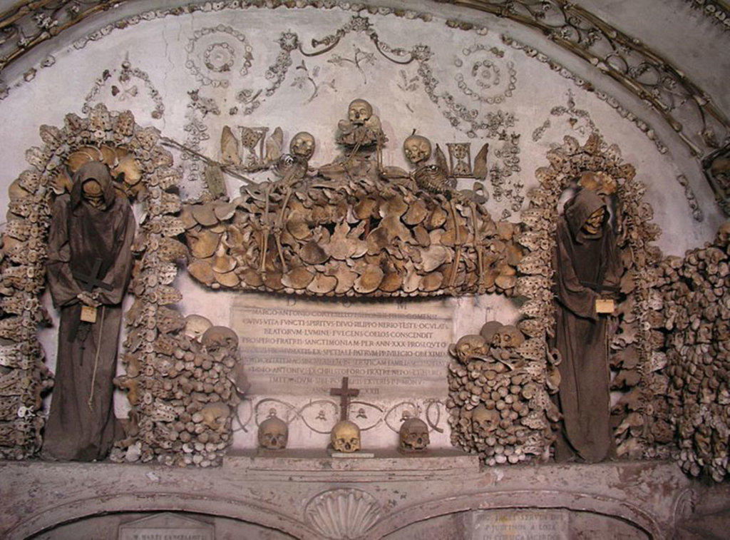 La macabra Cripta dei cappuccini in Santa Maria dell'Orazione - By Dnalor 01 (Own work)  , via Wikimedia Commons