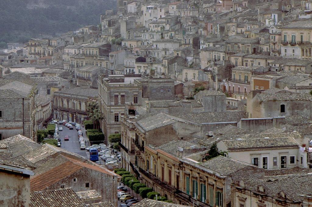 Tra i vicoli di Modica - By Carlo Columba from Palermo, Italia (modica_82-6  Uploaded by Markos90)  , via Wikimedia Commons
