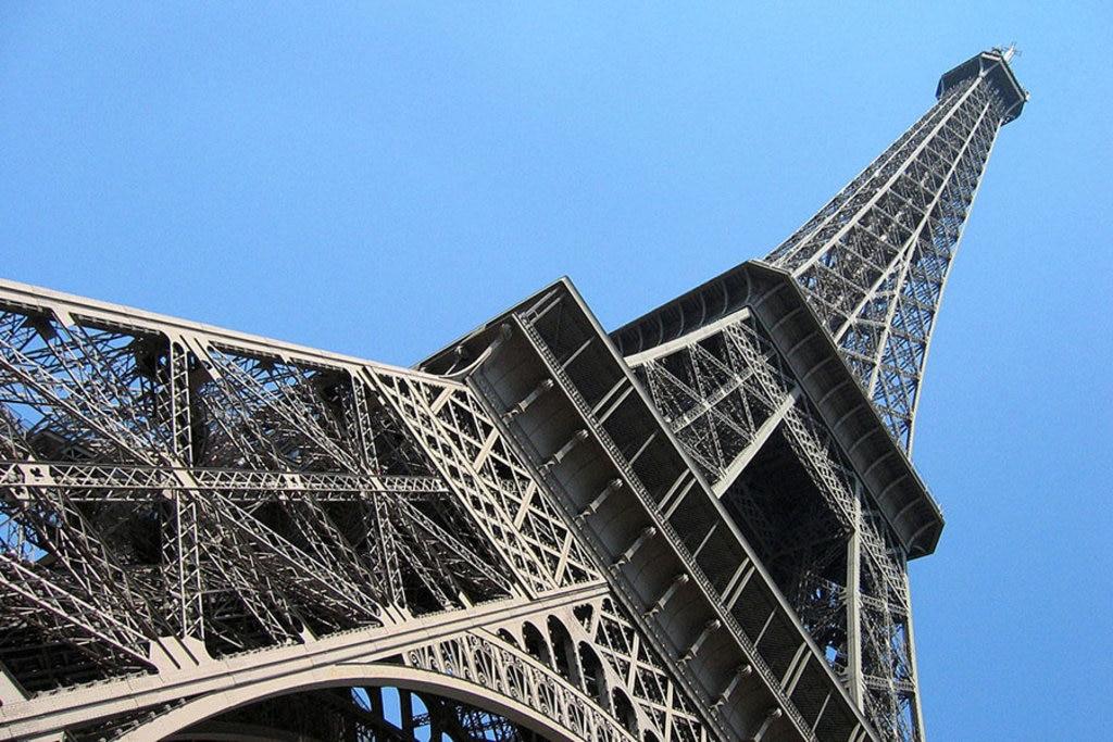 Parigi si visita iniziando dalla Tour Eiffel: la dama di ferro è, volente o nolente, il simbolo della città.