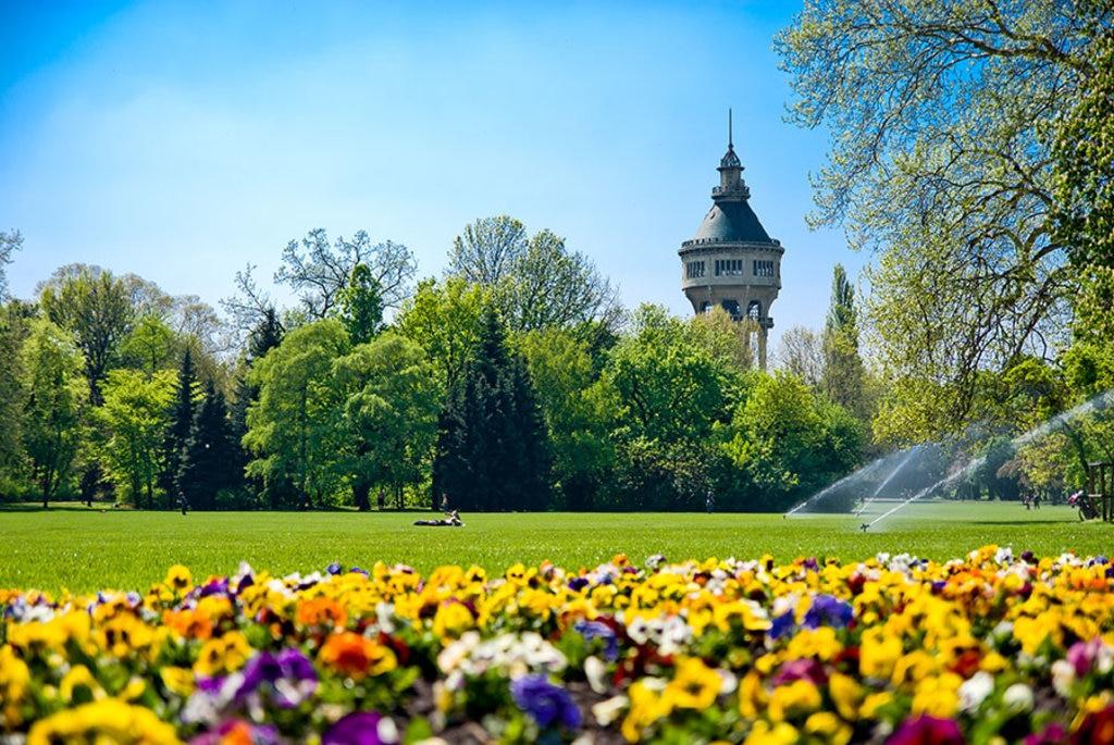 Isola Margherita, il serbatoio idrico e i giardini. Nel verde lussureggiante dell'isola, spicca la torre unica ottagonale costruita nel 1911 come serbatoio idrico della città.