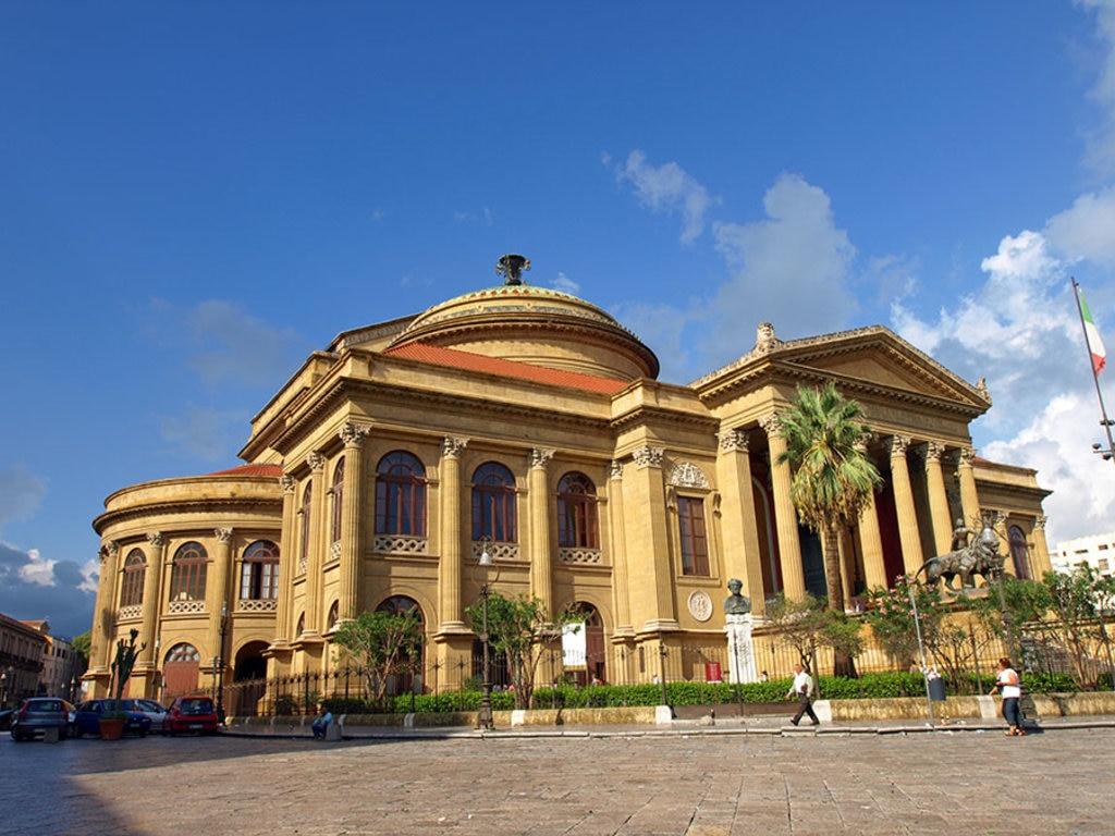 Il Teatro Massimo in piazza Verdi. In stile neoclassico, può ospitare fino a 1400 spettatori.