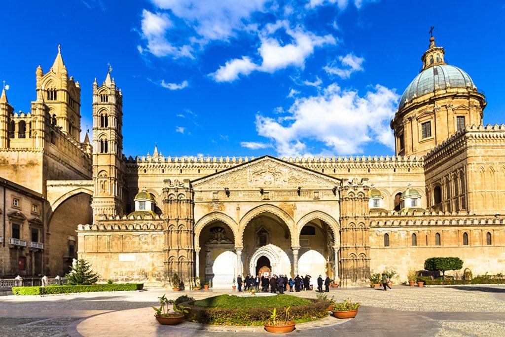 La chiesa dedicata alla Vergine Maria Santissima Assunta è la cattedrale di Palermo.
