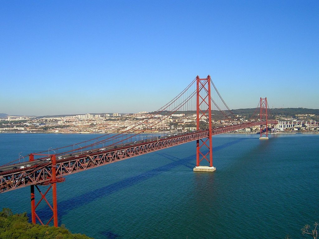 Il Ponte del 25 aprile visto verso Lisbona - By Vitor Oliveira from Torres Vedras, PORTUGAL - Lisboa vista de Almada (Portugal), CC BY 2.0, https://commons.wikimedia.org/w/index.php?curid=2858050