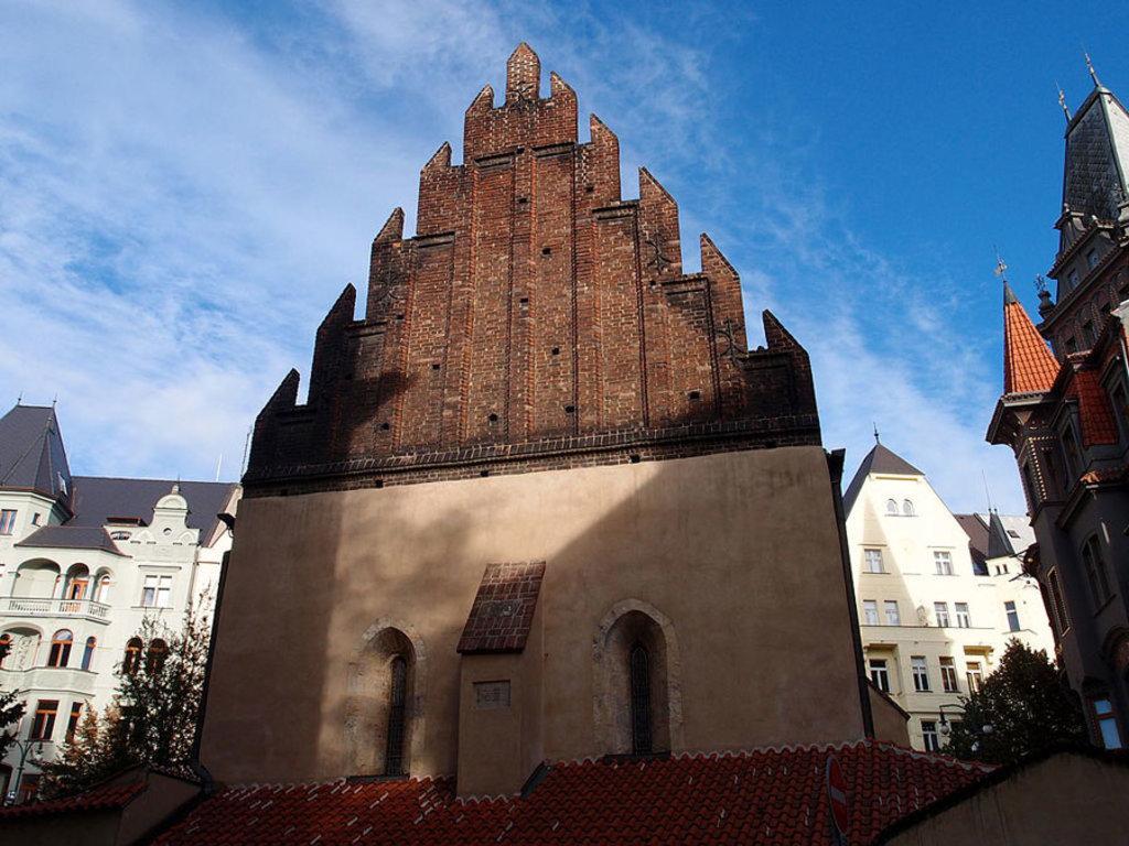 La Sinagoga Vecchia-Nuova, la più antica della città, nella cui soffitta si dice si nasconda il Golem. Picture by Paljan84 (Opera propria)  , via Wikimedia Commons